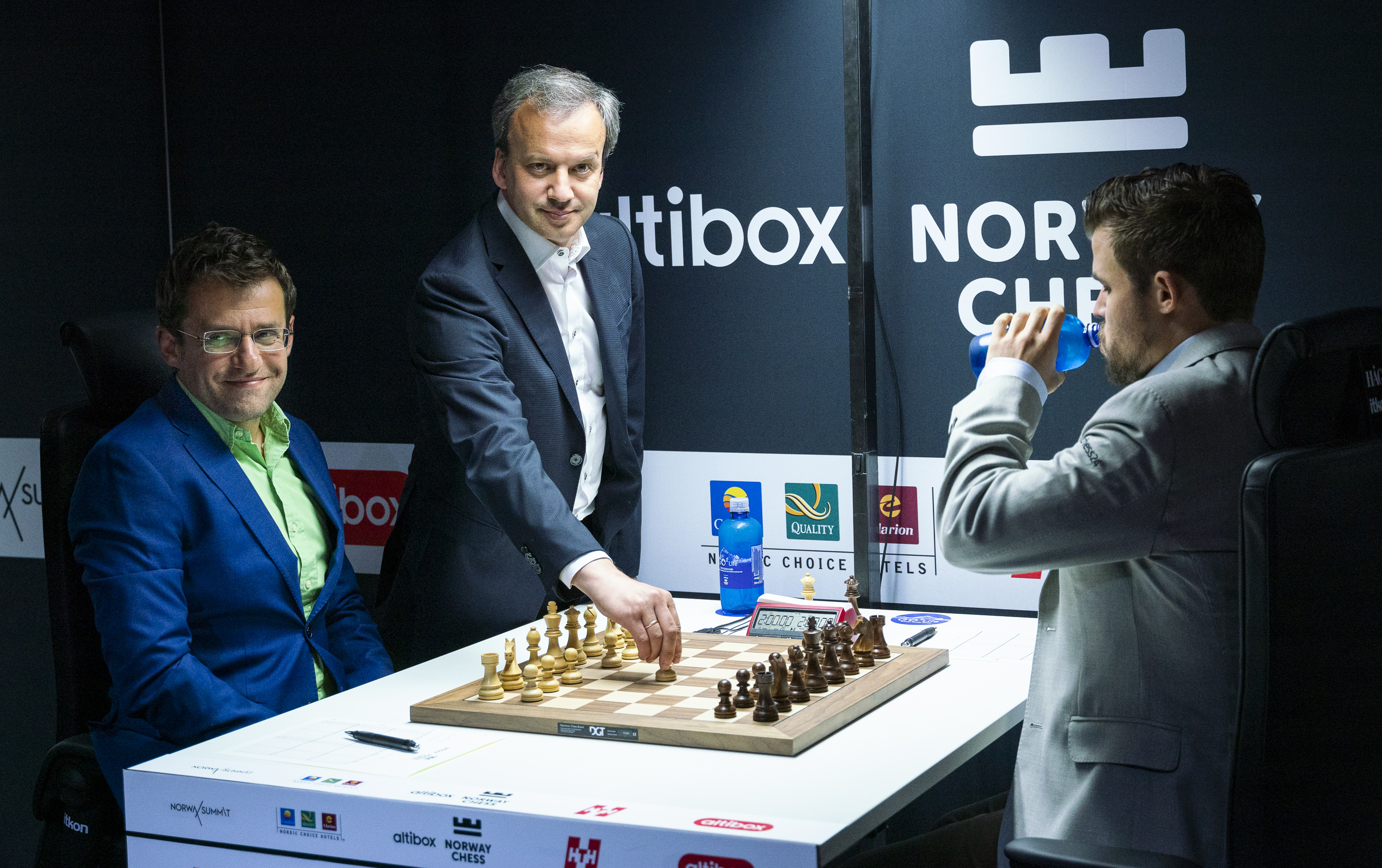FIDE President Arkady Dvorkovich making the ceremonial first move.